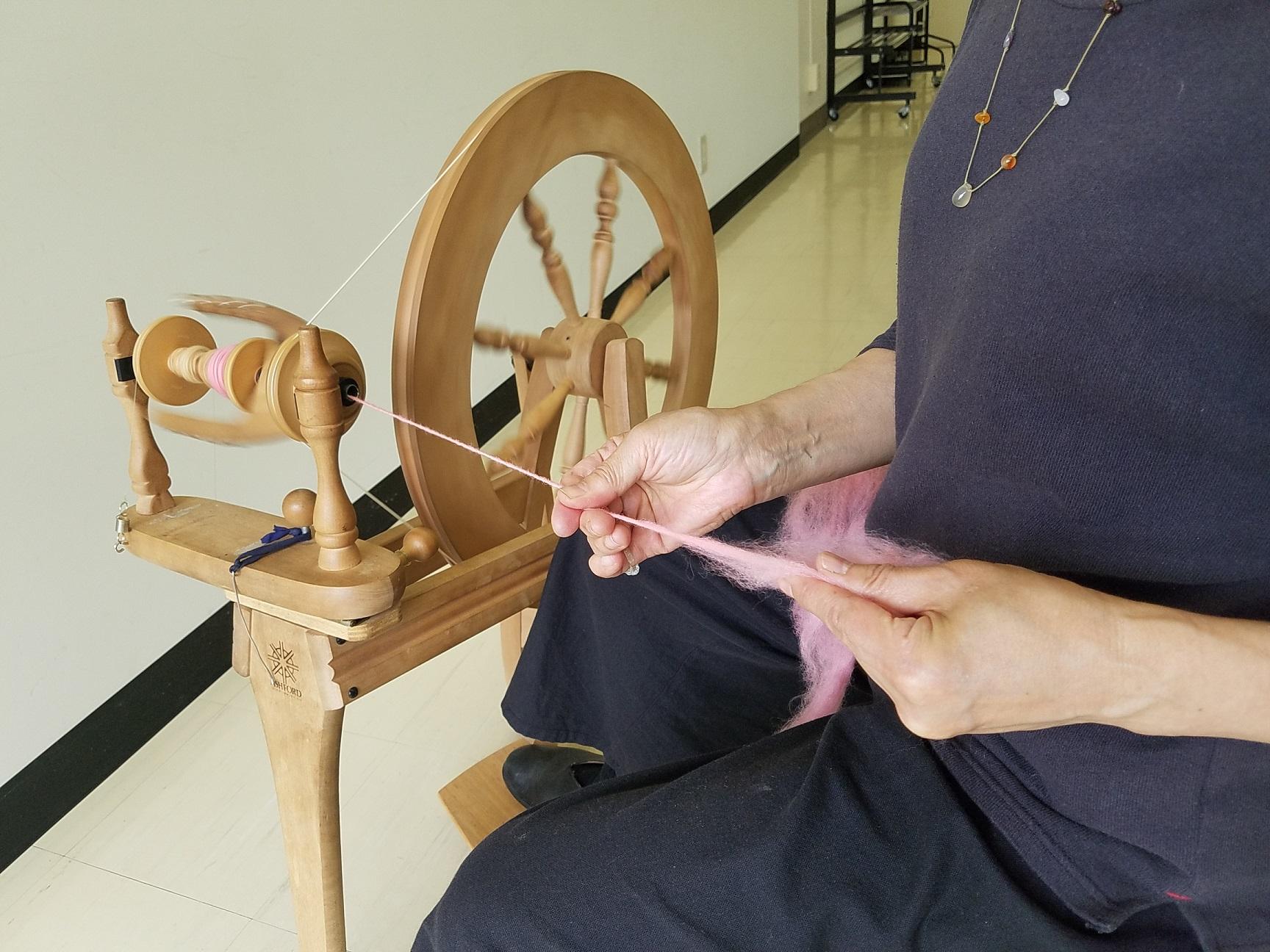 毛糸を紡いで織るマフラー